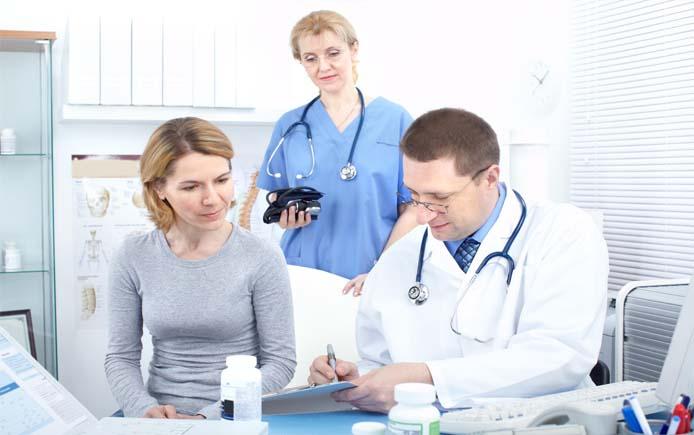 Доктор объясняет схему лечения