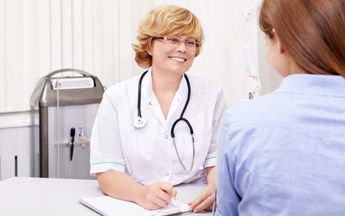 Врач гинеколог с пациенткой на приеме