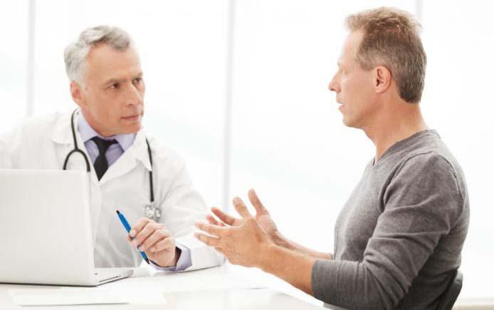 Мужчина на приеме у врача эндокринолога