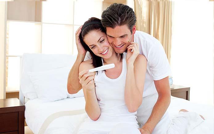 Пара радуется положительному тесту на беременность