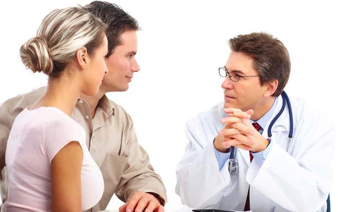 Доктор консультирует семейную пару