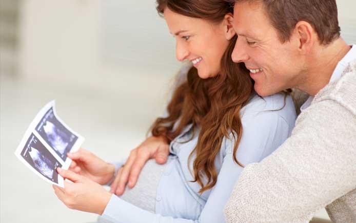 Пара рассматривает снимок УЗИ