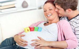 Семейная пара в ожидании малыша